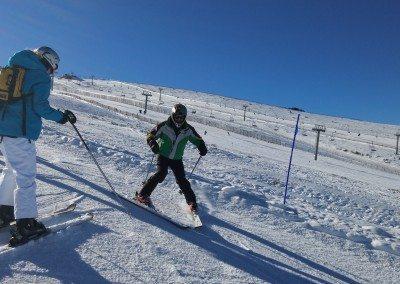 Clases de esquí para adultos en Valdesquí Aprender a esquiar en Madrid