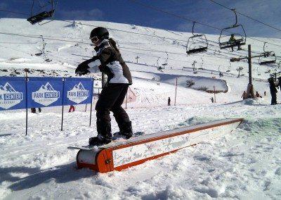 aprender_snowboard_freestyle_en_valdesqui_madrid_grupo_joven