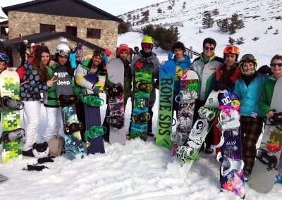 clases_de_snowboard_en_valdesqui_madrid_club_grupo_joven