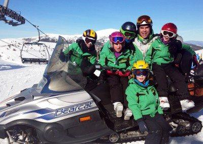Clases de esquí en Valdesquí para niños curso con monitor todo el día | Club Grupo Joven