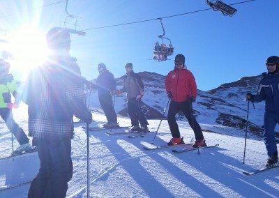Viaje de esquí con clases para jóvenes adultos familias Club Grupo Joven