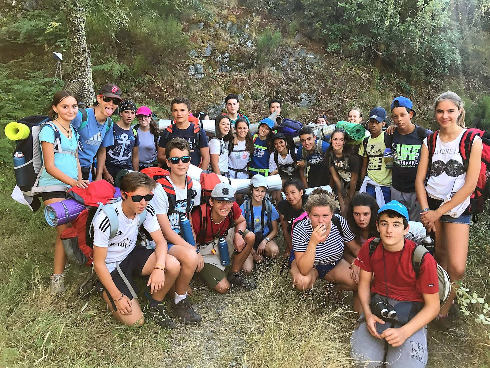 Campamento de verano multiaventura en España para jóvenes con senderismo y actividades de montaña y agua