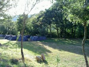 Campamento de verano en castilla leon bierzo espana acampada grupo joven instalaciones