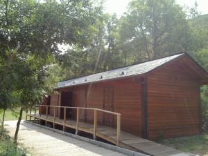 Campamento de verano en castilla león bierzo españa cabana bungalow grupo joven instalaciones