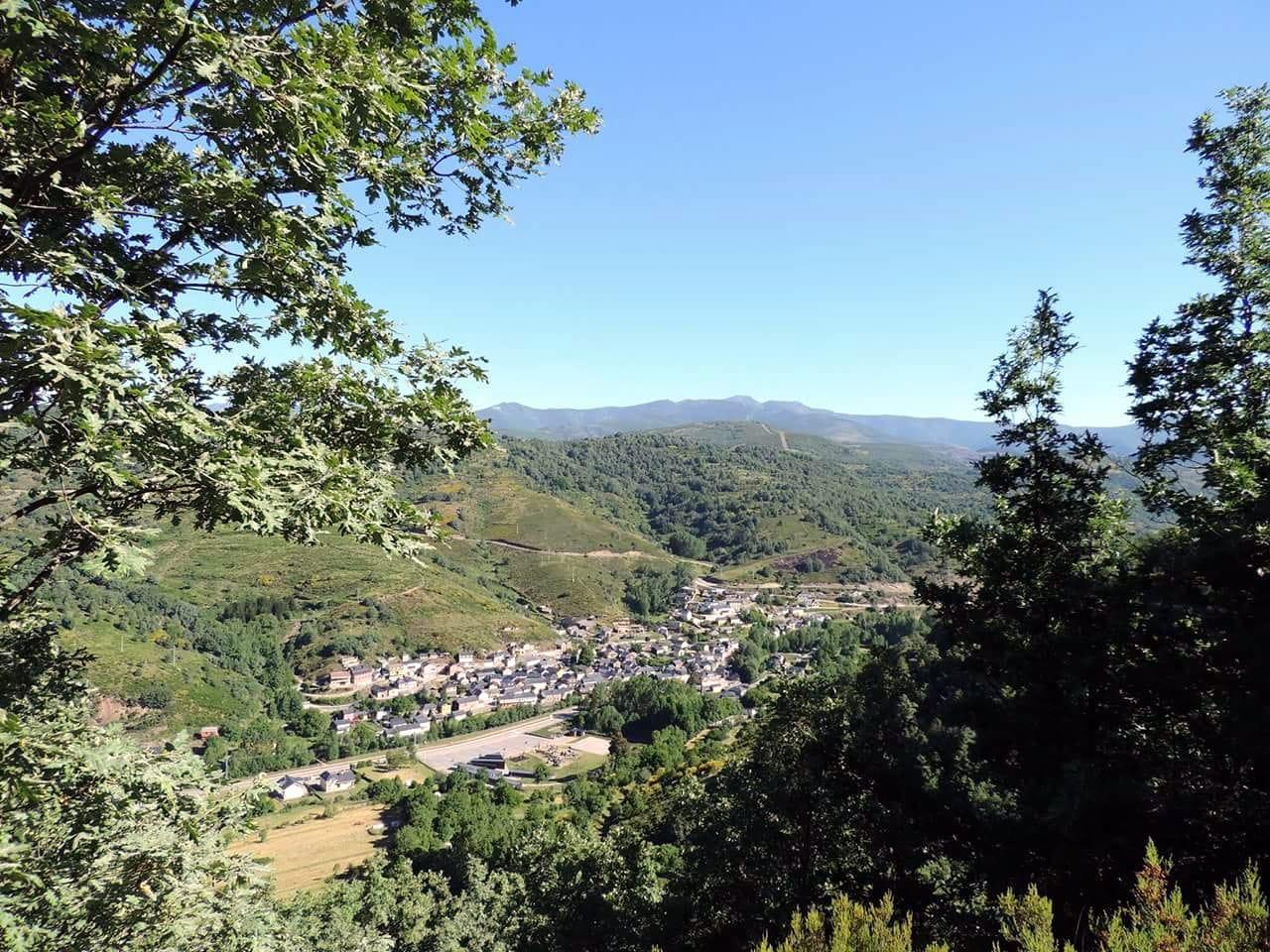 Campamento de Verano multiaventura en Castilla León Bierzo España Pobladura de las Regueras Grupo Joven bonito pueblo encanto