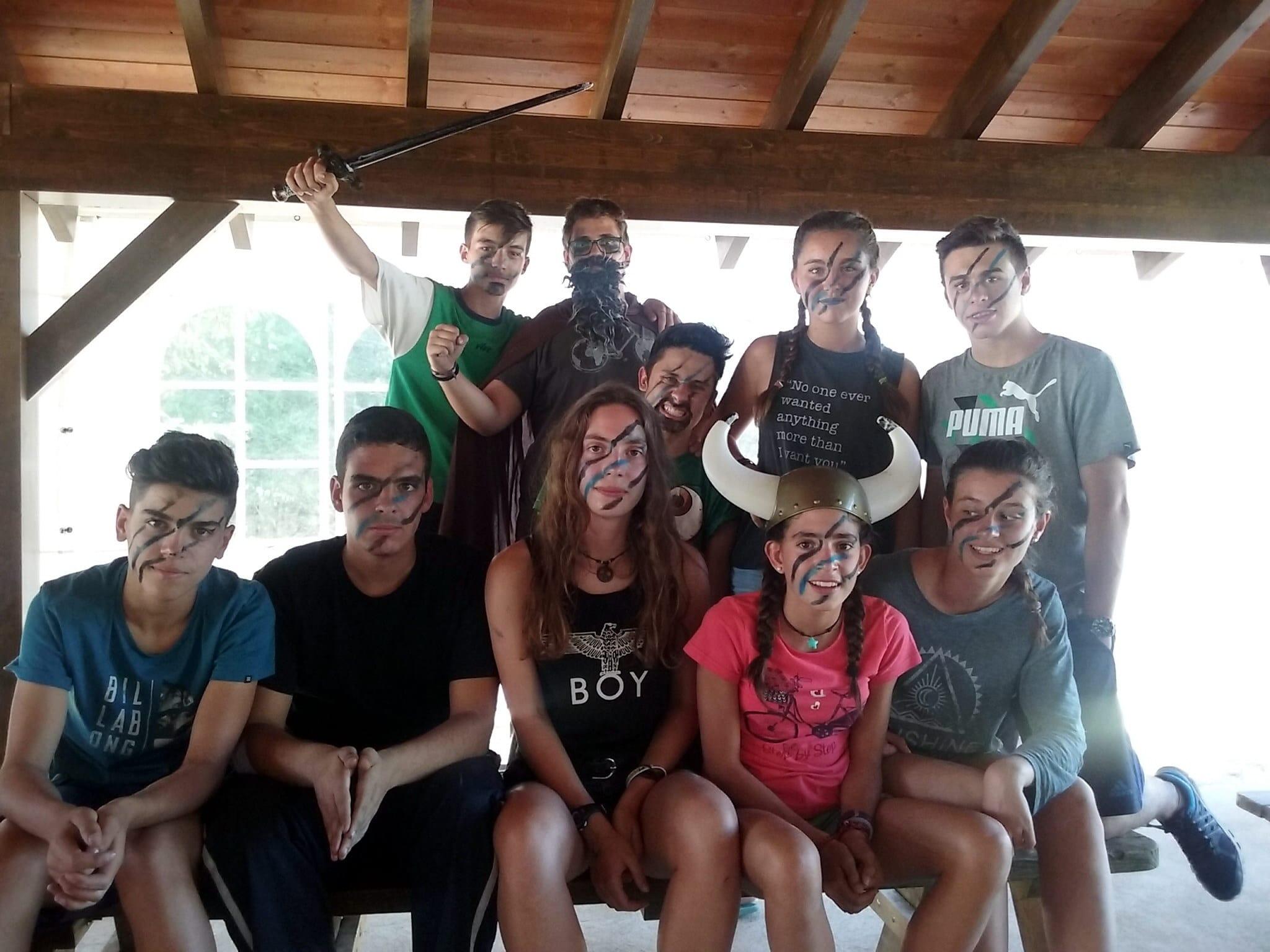 Campamento de Verano multiaventura en Castilla León España Grupo Joven teatro maquillaje amigos