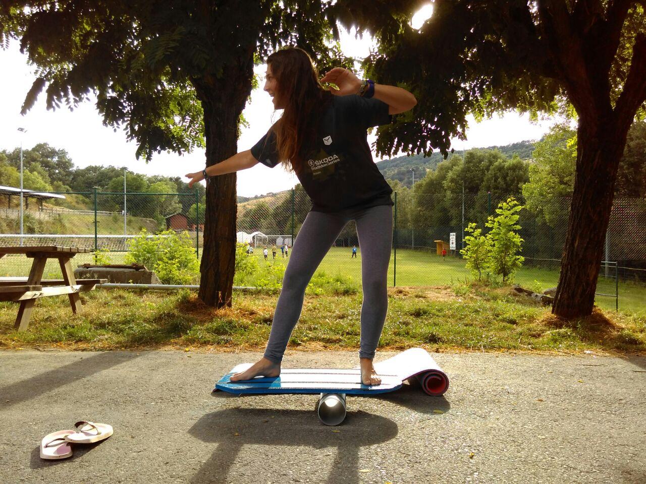 Campamento de Verano multiaventura en Castilla León España Grupo Joven juegos surf equilibrio