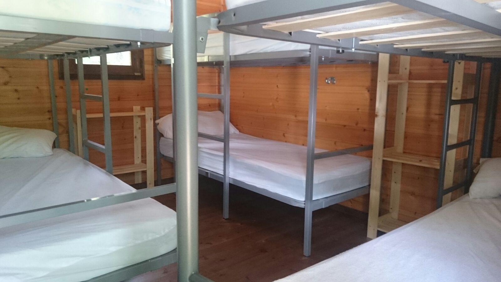 Campamentos de verano en España León instalaciones camas literas 1