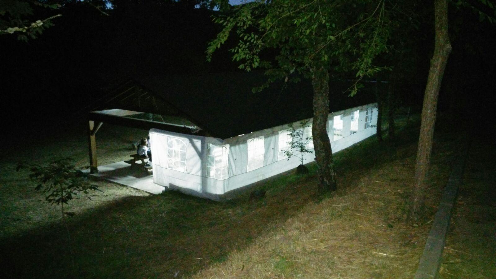 Campamentos de verano en España León instalaciones carpa multiusos iluminada