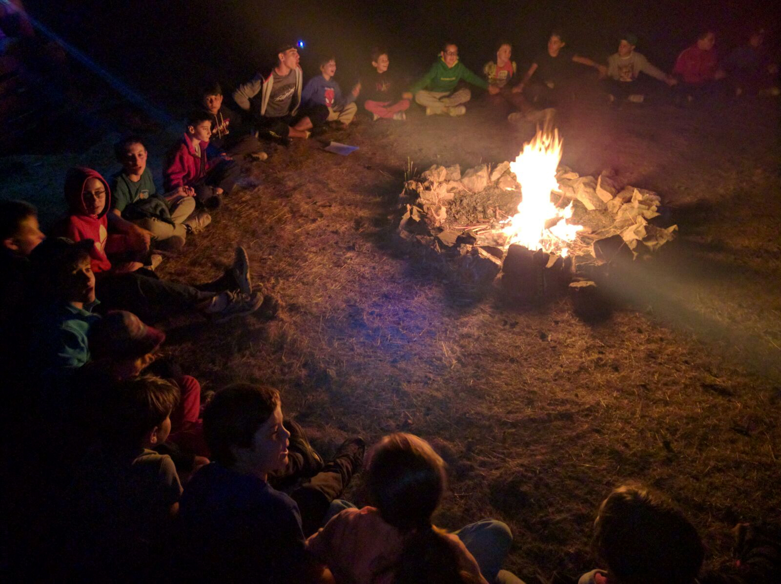 Campamentos de verano en España veladas fuego de campamento