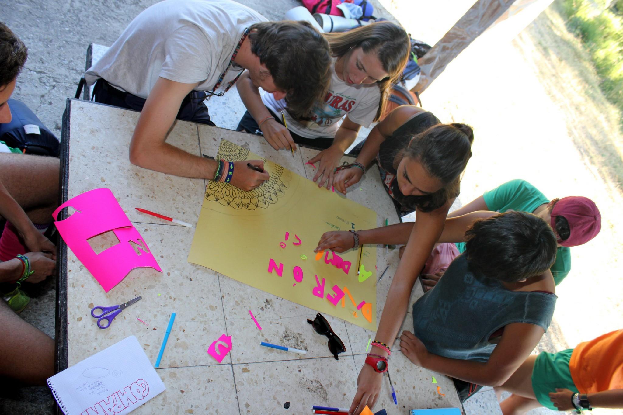 Campamentos de verano en España niños jóvenes actividades socioculturales juegos talleres