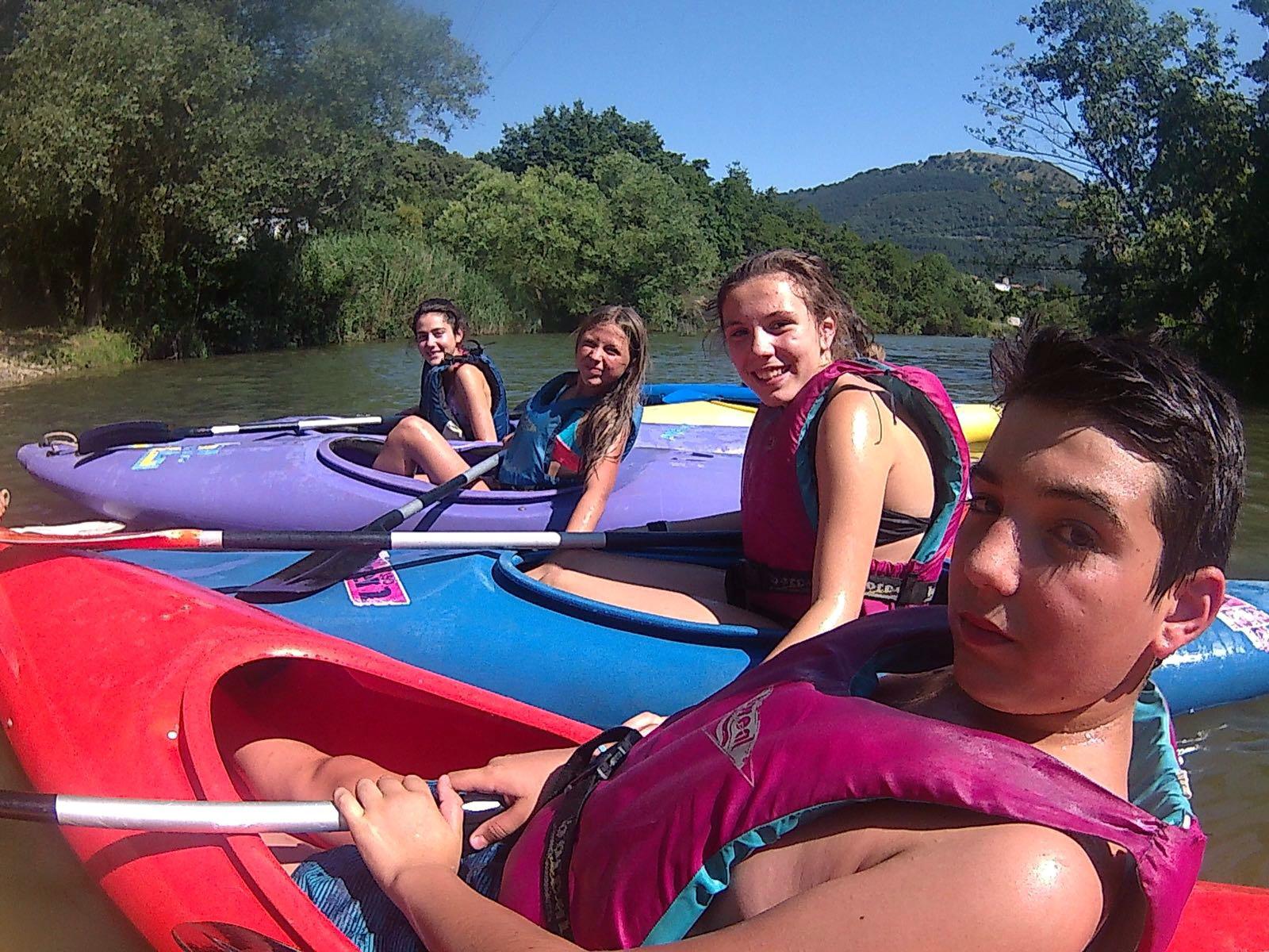Campamentos de verano en España jóvenes grupo joven piragüismo