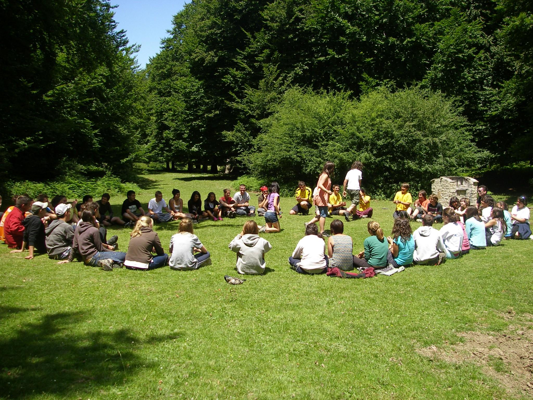 Campamentos de verano en Navarra instalaciones juegos deportes Grupo Joven