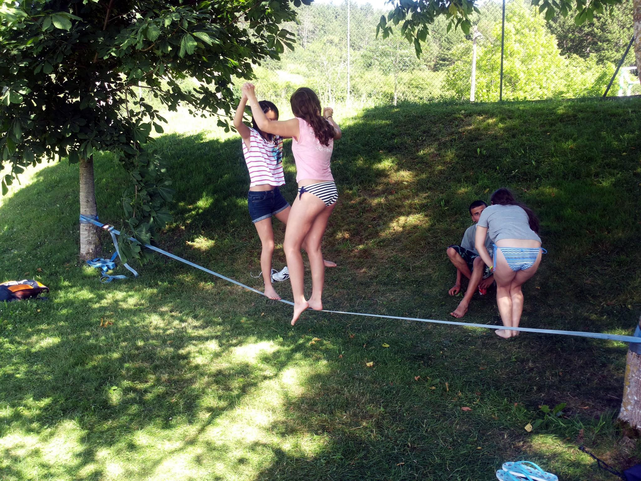Campamento de verano Multiaventura en Navarra España niños adolescentes jóvenes Grupo Joven juegos