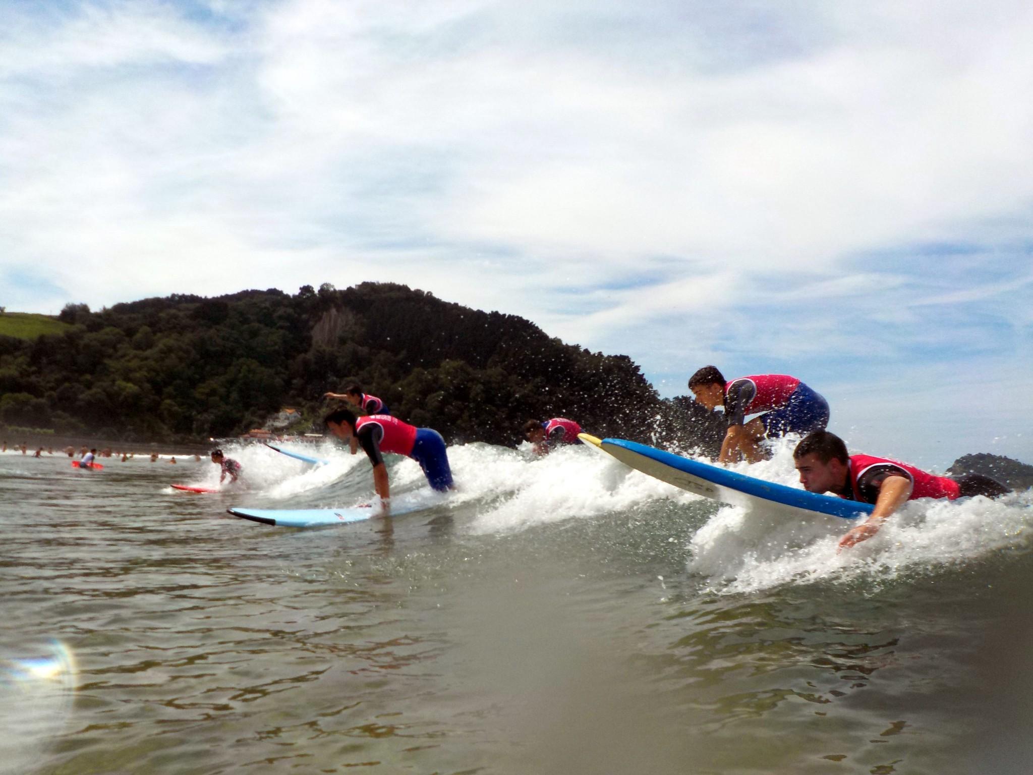 Campamentos de verano en España Navarra niños adolescentes jóvenes surf Grupo Joven