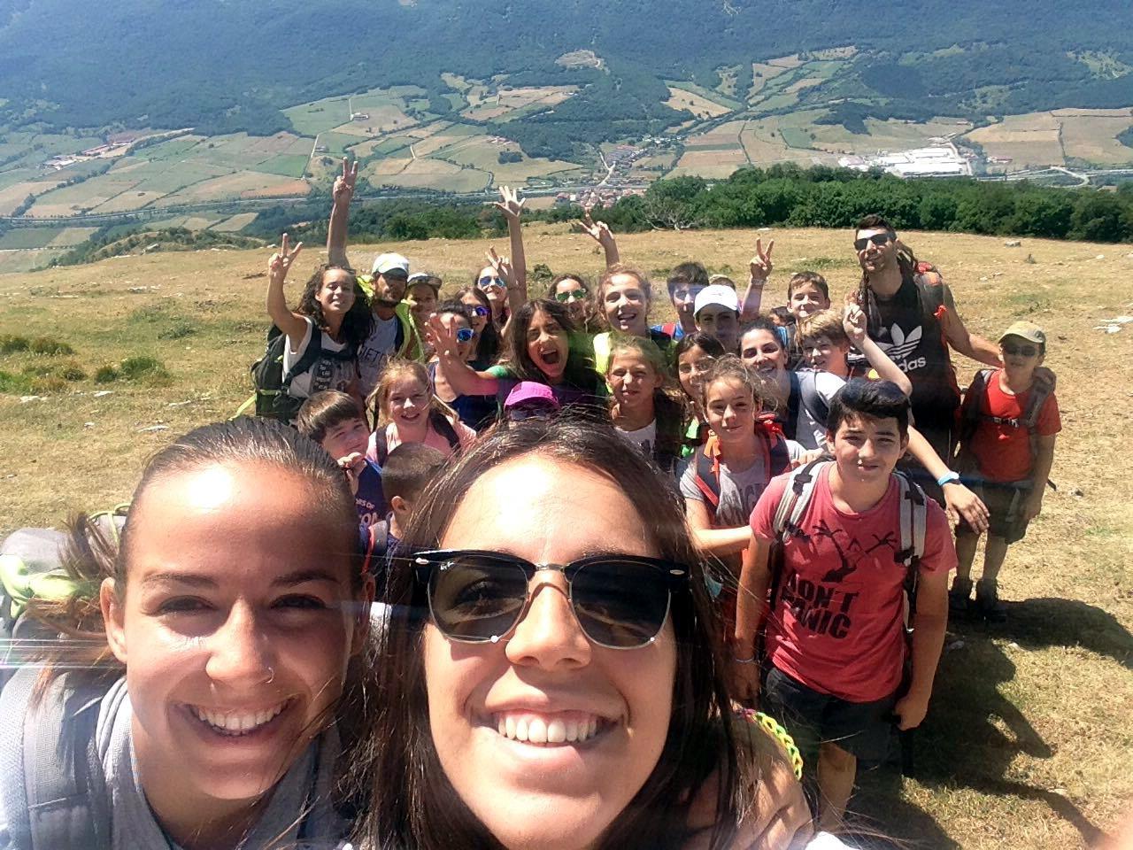 Campamentos de verano multiaventura en España Navarra niños y adolescentes senderismo