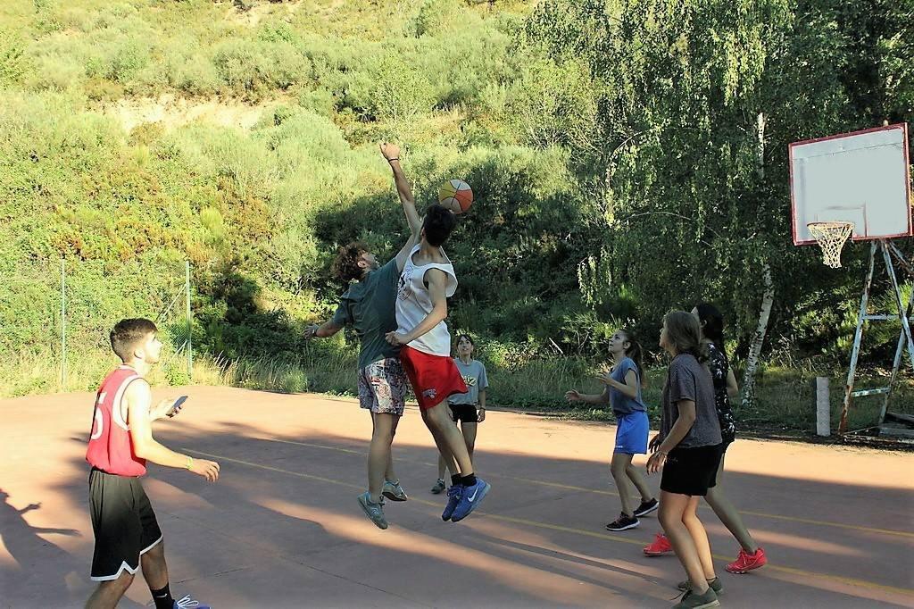 Extra de Baloncesto Campamentos de Verano en España para niños jóvenes adolescentes