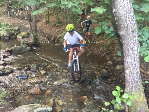 Campamento de verano con bicicleta mountain bike rutas de montaña