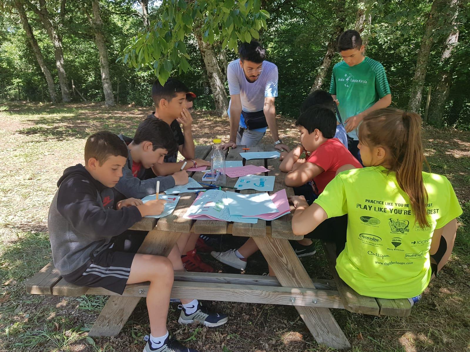 Campamento de verano para niños naturaleza talleres juegos tiempo libre y aventura